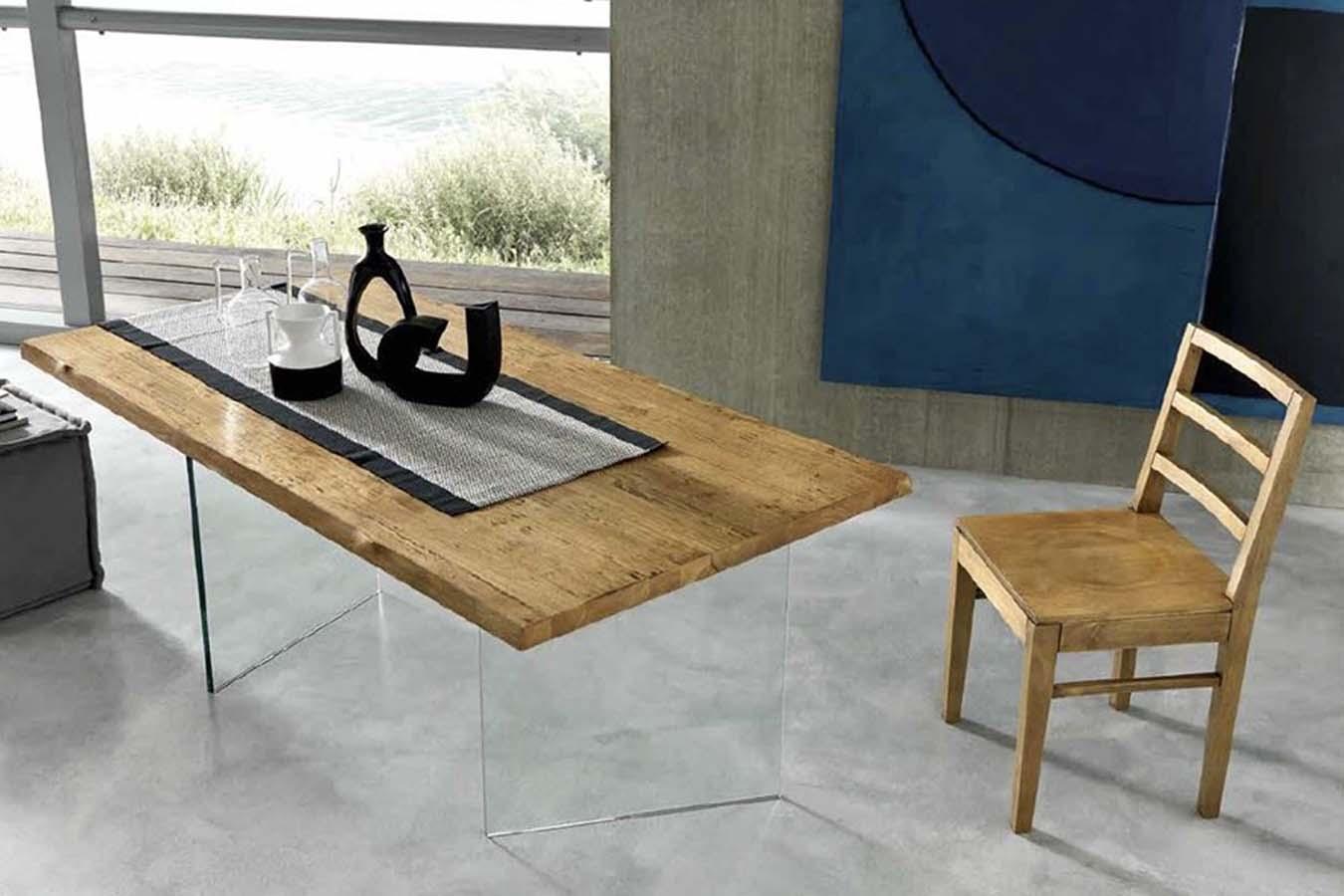 Tavolo Ghost di FGF Mobili con piano in legno massello e gambe in vetro