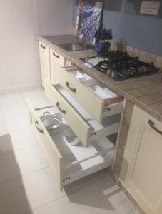 Cucina classica biamco avorio con muratura leggera in offerta outlet